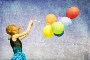 chica y globos felicidad
